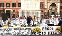 """manifestazione davanti Palazzo Chigi """"per la libertà e la legalità dell'informazione e per la vita di Radio Radicale"""" affinchè Prodi rispetti gli impe"""
