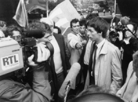 Dupuis intervistato dai giornalisti. Arresto di Olivier Dupuis per diserzione durante una manifestazione. (BN) buona