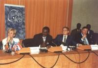 """Conferenza di Dakar. Conferenza stampa. Da sinistra: Bonino, Baudin (ministro Giustizia Senegal), George Soros. Dietro si vede bene il logo di NPWJ. """""""