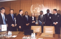 """Sede ONU. Emma Bonino consegna le firme dell'appello internazionale di """"Non c'è pace senza giustizia"""" e del partito radicale transnazionale al Segreta"""