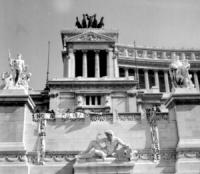 """Piazza Venezia. Altare della Patria. Pannella, Mellini e altri militanti fanno calare dall'alto tre striscioni: """"no al militarismo"""", """"pace nel Vietnam"""