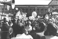 Marcia di Pasqua 1982. Pannella improvvisa un comizio davanti ai marciatori in piazza del Quirinale. Tra gli ascoltatori Macaluso (PCI) Larga (BN) ott