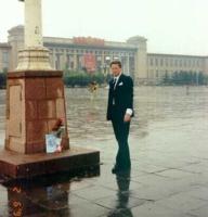 Gianfranco dell'Alba depone delle rose a piazza Tien An Men nell'anniversario della repressione della protesta studentesca del 1989.