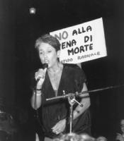 """Joan Baez (cantante folk statunitense) canta dopo la fiaccolata contro la pena di morte e per la vita di Paula Cooper. Dietro di lei un cartello: """"no"""