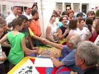 """Largo Chigi. Conferenza stampa di Marco Pannella su """"Radio Radicale e libertà di informazione"""". Pannella stringe le mani ad alcuni bambini venuti a sa"""