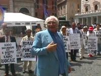 Largo Chigi. Manifestazione per la legalità dell'informazione e per radio radicale. Pannella insieme ai manifestanti Nelle altre anche Pannella che en