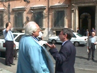 Largo Chigi. Manifestazione per la legalità dell'informazione e per radio radicale. Pannella insieme a Vincenzo Vita (sottosegretario poste e telecomu
