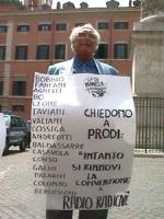 """Largo Chigi. Manifestazione per la legalità dell'informazione e per radio radicale. Pannella con cartello al collo: """"Bobbio, Fanfani, Agnelli ecc [tut"""