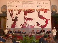 """""""Conferenza per l'istituzione del Tribunale Penale Internazionale Permanente nel 1998"""" Roma, Campidoglio, Sala della Protomoteca. Banner con enorme """"Y"""