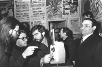 """""""La polizia sequestra la copia clandestina del film di Bernardo Bertolucci """"""""Ultimo Tango a Parigi"""""""" che sta per essere proiettato nella sede milanese"""