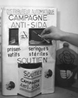 """Campagna anti Aids. Campagne anti-sida. Un """"distributore automatico"""" (in realtà si tratta di un accrocco di cartone autoprodotto) di preservativi e si"""