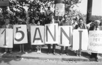 Manifestazione a ponte Garibaldi nell'anniversario dell'uccisione di Giorgiana Masi. Dupuis, Stanzani, Terni ed altri con al collo cartelloni con la d