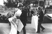"""""""radicali contestano un corteo pacifista di giovani DC durante una festa dell'amicizia a Palmanova (Udine). Poliziotti portano via cartelloni radicali"""