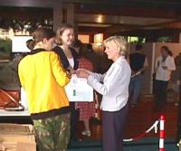 ONU. Palazzo della FAO. Olga Cechurova distribuisce a delegati e giornalisti il kit preparato dal PR (contenente tra l'altro una radiolina per sentire