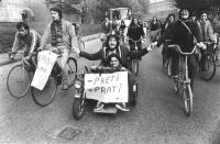"""""""manifestazione ecologista a Milano. Radicali in bicicletta con cartello: """"""""meno preti più prati. PR"""""""" (BN)"""""""