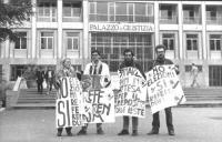 """""""manifestazione radicale davanti al Palazzo di Giustizia. Cartelli al collo: """"""""no alle elezioni, si ai referendum. PR"""""""", """"""""31 marzo, primi in attesa d"""
