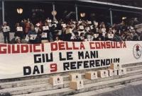 """""""consegna firme 9 referendum in Cassazione. Striscione: """"""""giudici della consulta giù le mani dai 9 referendum"""""""" e scatoloni con logo PR tenuti in mano"""
