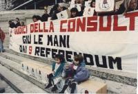 """""""consegna firme 9 referendum in Cassazione. Striscione: """"""""giudici della consulta giù le mani dai 9 referendum"""""""" e scatoloni su cui sono sedute due bam"""