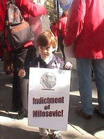 Manifestazione davanti all'ambasciata USA, a sostegno della tesi che il miglior intervento nella ex-Iugoslavia sarebbe l'incriminazione di Milosevic.