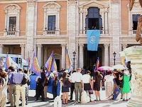 Manifestazione a piazza del Campidoglio, per festeggiare l'istituzione del Tribunale Penale Internazionale dell'Onu.  Foto di gruppo dei manifestanti.
