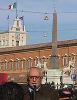 Manifestazione davanti al Quirinale, per festeggiare la fine del mandato di Scalfaro. Primo piano dell'ex-magistrato Filippo Mancuso, sullo sfondo del