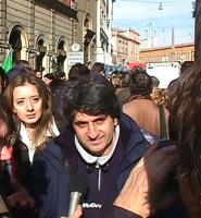 Manifestazione davanti al Quirinale per festeggiare la fine del mandato presidenziale di Scalfaro. Gianni Ippoliti, conduttore televisivo, fra i manif