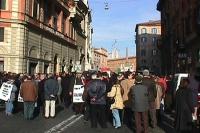 Manifestazione davanti al Quirinale per festeggiare la fine del mandato di Scalfaro. Foto di gruppo, sullo sfondo il palazzo del Quirinale. Nelle altr