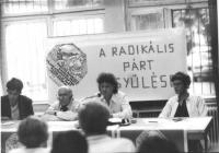 """Dupuis, Stanzani, ????, Lensi alla presidenza. Dietro banner: """"a radikàlis pàrt ..yulèse.."""" e logo PR  (BN)  (ottoni)"""