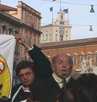 Manifestazione davanti al Quirinale per la fine del settennato di Scalfaro. Gustavo Selva (Alleanza Nazionale) al microfono  fra Mariano Giustino e Ri