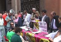 Foto di gruppo di una conferenza stampa- manifestazione davanti alla sede della commissione di vigilanza sulla Rai, in segno di protesta contro la cen