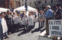 Manifestazione davanti a Palazzo Chigi durante il sit-in per il rinnovo della convenzione del Parlamento con Radio Radicale e per la legalità dell'inf