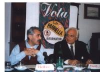 """Sergio Ravelli e Marco Pannella nel corso di una  conferenza stampa all'Hotel Impero a Cremona.  Sullo sfondo, il manifesto: """"Vota Lista Pannella-Rifo"""