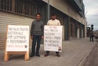 """""""Manifestanti (due) davanti al palazzo di giustizia con cartelli: """"""""no alla truffa elettorale per scippare i referendum. PR"""""""" e """"""""8-4-1987 nel caso di"""