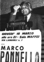 """Marco Pannella parla da una  tribuna. Sotto il microfono si legge il cartello: """"giovedì 18 marzo alle ore 21 - Sala Maffei via Lanaioli 1 parlerà Marc"""