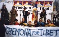 """Manifestazione radicale a sostegno della libertà del Tibet. Foto di gruppo di militanti che reggono lo striscione: """"Cremona for Tibet"""". (Proprietario"""