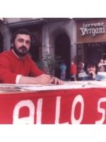 Sergio Ravelli (Pr)  siede dietro un tavolo per la raccolta di firme contro lo sterminio per fame nel mondo, nella primavera del 1982. (Proprietario d