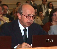 Lamberto Dini, durante i lavori della Conferenza Diplomatica per l'istituzione del tribunale penale internazionale.