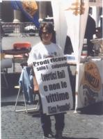 Un giovanissimo militante radicale, Francesco Marcucci Radicioni, nel corso dei sit-in davanti a Palazzo Chigi per il rinnovo della convenzione con Ra