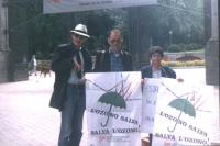 """""""Manifestazione per la difesa dell'ozono. Lensi ed altri due radicali con cartelli in Italiano """"""""l'ozono salva, salva l'ozono""""""""  (brutta)"""""""