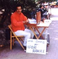 Un militante, Franco De Francesco, tiene un banchetto per raccogliere le firme a una petizione che chiede il rinnovo della convenzione del Parlamento