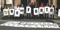 Manifestazione contro la reintroduzione del finanziamento pubblico dei partiti in forma di rimborso elettorale. Foto di gruppo dei manifestanti che co