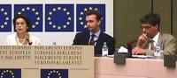 Conferenza stampa sul Kossovo. Da sinistra a destra: Bianca Jagger, attivista per i diritti umani, K. Habsburg-Lothringen (MEP EPP), Olivier Dupuis (M