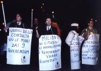 Manifestazione fiaccolata a sostegno dei 9 referendum. I primi due manifestanti da sinistra sono Umberto Tacconi e Antonio Stango.