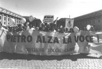 Marcia delle Palme, per una moratoria delle esecuzioni capitali, promossa dal Partito Radicale e Nessuno Tocchi Caino. I manifestanti reggono uno stri