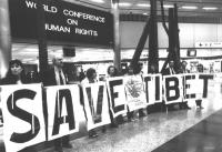 """In occasione della World Conference of Human Rights, esponenti del Partito Radicale compongono con cartelli la scritta: """"Save Tibet"""". Si riconoscono f"""
