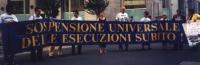 """Manifestazione a Milano durante il giro delle """"100 città"""" per raccogliere adesioni dei sindaci contro la pena di morte. I manifestanti tengono uno str"""