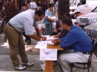 Banchetto di firme per una petizione che chiede l'incriminazione di Milosevic al tribunale dell'Aja.