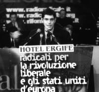 Daniele Capezzone parla dalla tribuna durante l'Assemblea dei Mille.