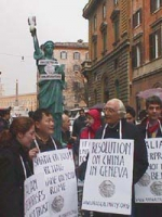 Manifestazione davanti al Quirinale, in occasione della visita del Presidente della Repubblica Popolare Cinese Jiang Zemin. Il dissidente cinese Wei J