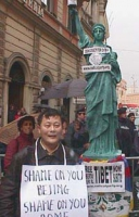 Wei Jingsheng, dissidente cinese, partecipa  a una manifestazione davanti al Quirinale in occasione della visita in Italia del Presidente  cinese Jian